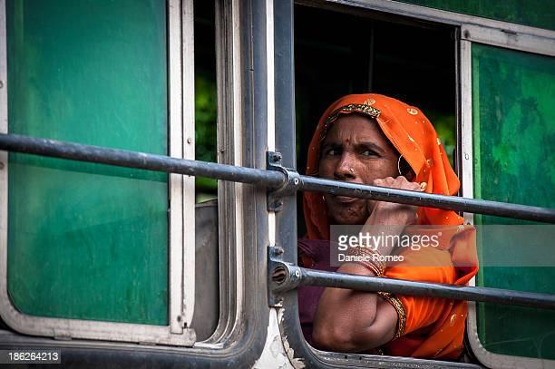 CONTENT] Persone Composizione orizzontale Ambientazione esterna India Sedersi Giorno Costume tradizionale Cultura indiana Adulto Immagine a colori...