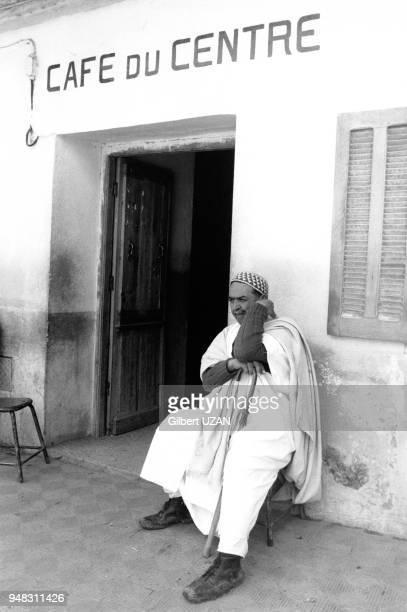 Personne âgée devant le Café du Centre en avril 1975 à Ouadhia en Kabylie Algérie