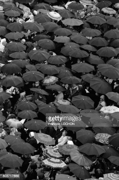 50 000 personnes assistent sous la pluie aux funérailles du Pape JeanPaul 1er sur la Place SaintPierre de Rome le 4 octobre 1978 en Italie