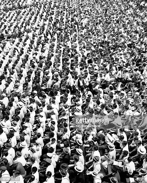 Personnes dans les gradins du Yankee stadium venues assister à un match de baseball entre les Yankees de New Yok et l'équipe des Washington Senators...