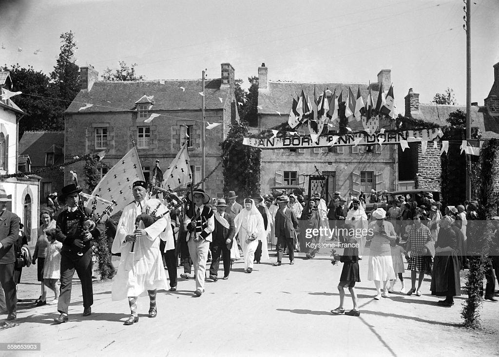 Personnes en habit breton dans la rue d'un village lors de la fete de...  News Photo - Getty ImagesGetty Images