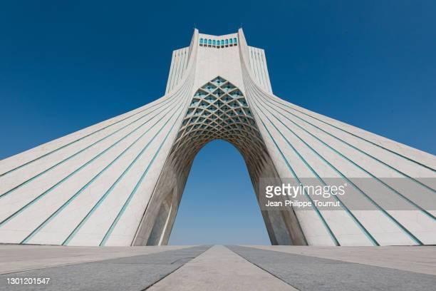 perspective of azadi tower - freedom monument and symbol od tehran in azadi square, tehran, iran - porta cittadina foto e immagini stock