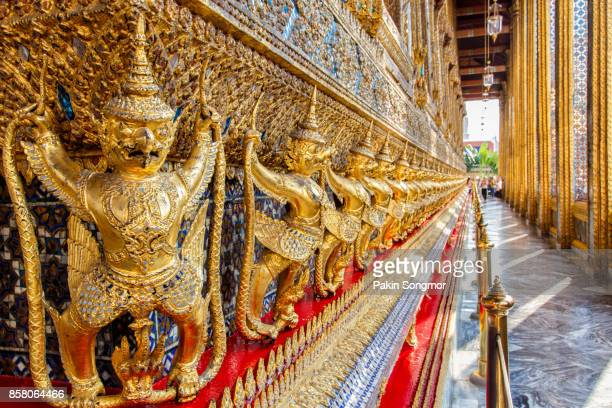 perspective view of golden religious statue (statue garuda) in wat phra kaew temple - palais royal photos et images de collection