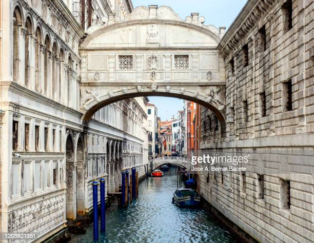 perspective view of the dei sospiri bridge. - vaporetto stock-fotos und bilder