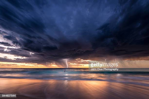 perth beach lightning storm - orkaan stockfoto's en -beelden