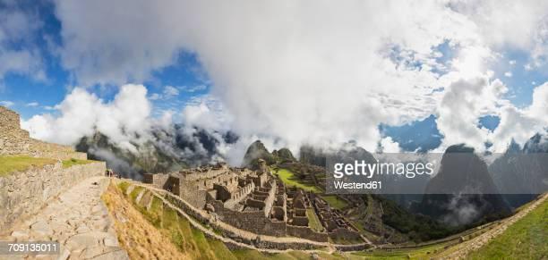 peru, andes, urubamba valley, machu picchu with mountain huayna picchu in fog with tourists - machu picchu foto e immagini stock