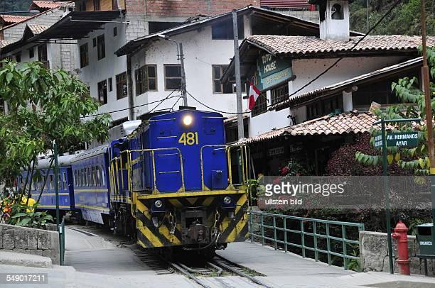 Peru im Bergdorf Aguas Calientes verlaufen die Schienen der Schmalspurbahn von Perurail direkt durch den Ort die Haltestation befindet sich neben...