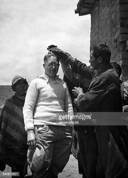 Peru Indios Feste/Rituale 'Dia del Compadre' im Altiplano Der Fotograf wird als Beobachter der Zeremonien mehrmals am Tag 'gesegnet' indem sein Haupt...