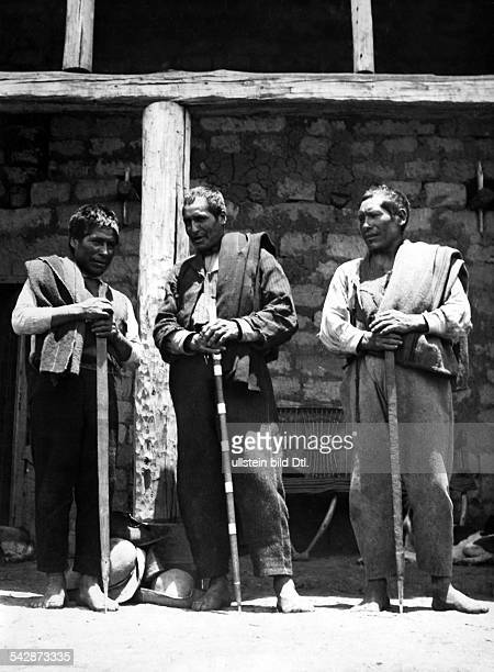 Peru Indios Feste/Rituale 'Dia del Compadre' im Altiplano Drei Caciques' am Festtag mit ihren AmtsstäbenFebruar 1939