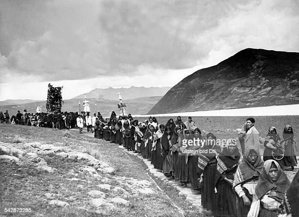 Peru Indios Feste/Rituale 'Dia del Compadre' im Altiplano Ein Prozessionszug auf dem Weg zu einem KultplatzVorne der Zug der Frauen dahinter die...