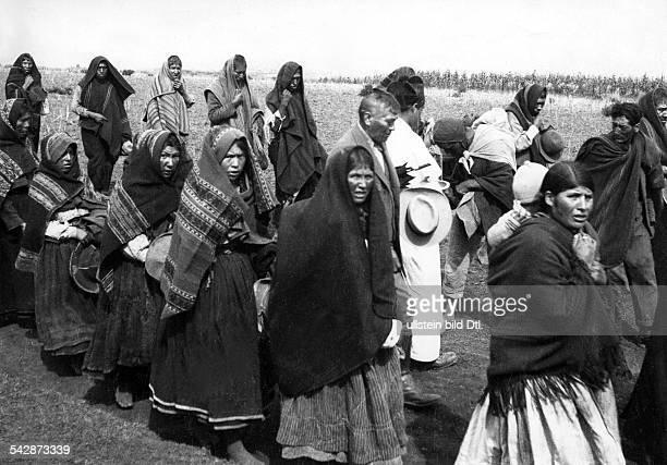 Peru Indios Feste/Rituale 'Dia del Compadre' im Altiplano Ein Prozessionszug auf dem Weg zu einem KultplatzDie Reihen der Männer und Frauen gehen...