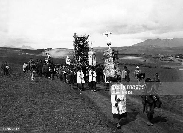Peru Indios Feste/Rituale 'Dia del Compadre' im Altiplano Ein Prozessionszug auf dem Weg zu einem KultplatzDer Zug der Männer mit der geschmückten...