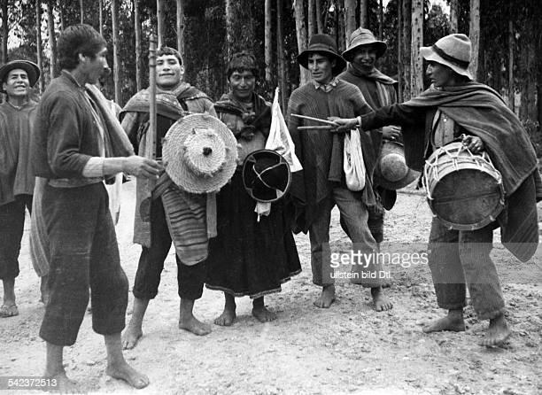 Peru Indios Feste/Rituale 'Dia del Compadre' im Altiplano Heimkehr von der Zeremonie auf einer Bergkuppe in das Dorf Mit Chicha berauschte Indios der...