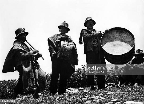Peru Indios Feste/Rituale 'Dia del Compadre' im Altiplano Zeremonie auf einer Beergkuppe Die MusikkapelleFebruar 1939