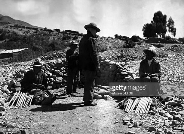 Peru Indios Feste/Rituale 'Dia del Compadre' Zeremonie im Hochland Am Rande einer Ortschaft sitzen Verkäufer von Rohrflöten für die vorbeiziehenden...