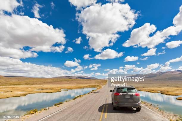 peru, la reserva nacional salinas y aguada blanca, suv on the road - paisajes de peru fotografías e imágenes de stock