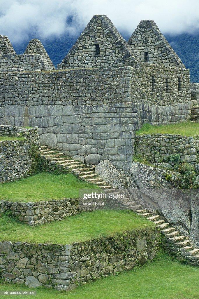 Peru, Machu Picchu, stairway and buildings of Inca ruins : Stockfoto