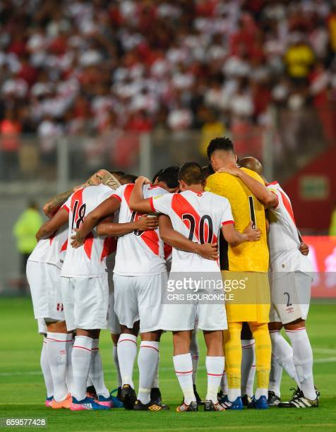 Peru players get ready for the start of their 2018 FIFA World Cup qualifier football match against Uruguay in Lima on March 28 2017 / AFP PHOTO /...