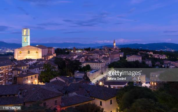 perugia - panoramic view of old town at twilight - perugia foto e immagini stock