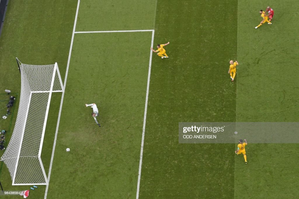 TOPSHOT - Peru's forward Andre Carrillo (R) scores the opening goal during the Russia 2018 World Cup Group C football match between Australia and Peru at the Fisht Stadium in Sochi on June 26, 2018. (Photo by Odd ANDERSEN / AFP) / RESTRICTED