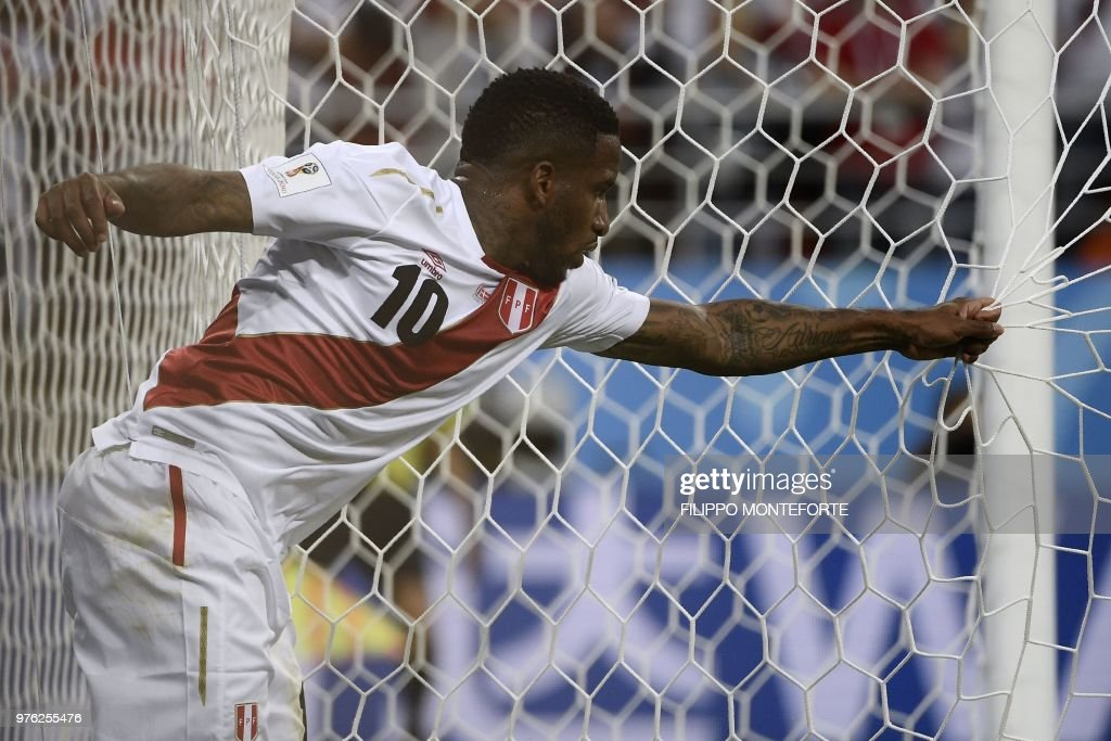 TOPSHOT - Peru's forward Jefferson Farfan reacts as he pulls the goal's net during the Russia 2018 World Cup Group C football match between Peru and Denmark at the Mordovia Arena in Saransk on June 16, 2018. (Photo by Filippo MONTEFORTE / AFP) / RESTRICTED
