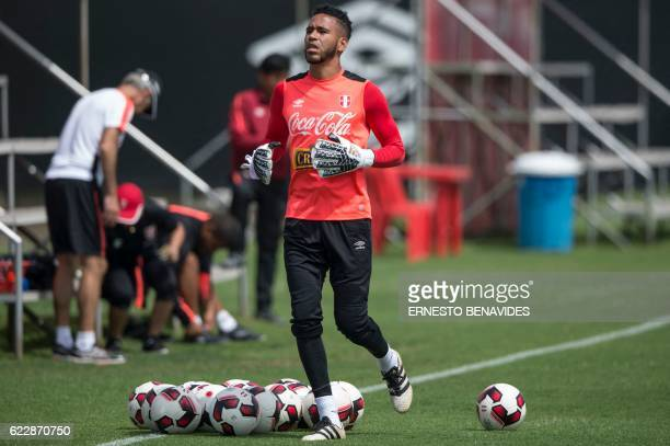 Peru's goalkeaper Pedro Gallese takes part in a training session in Lima on November 12 ahead of the WC 2018 qualifier match against Brazil / AFP /...