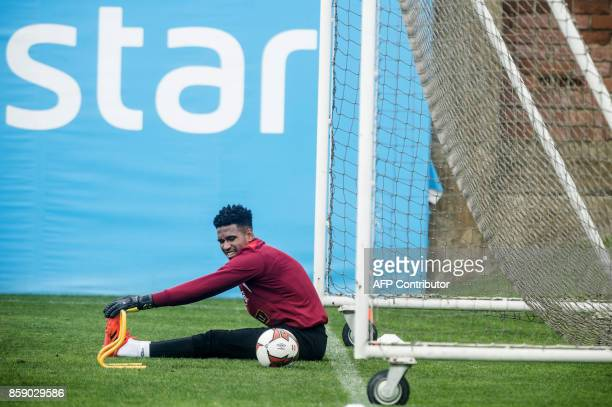 Peru's goalkeeper Pedro Gallese takes part in a training session in Lima on October 8 2017 ahead of their FIFA 2018 World Cup South American...