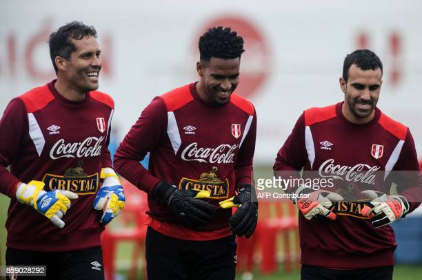 Peru's goalkeepers Pedro Gallese Carlos Caceda and Leao Butron during a training session in Lima on October 8 2017 ahead of their FIFA 2018 World Cup...
