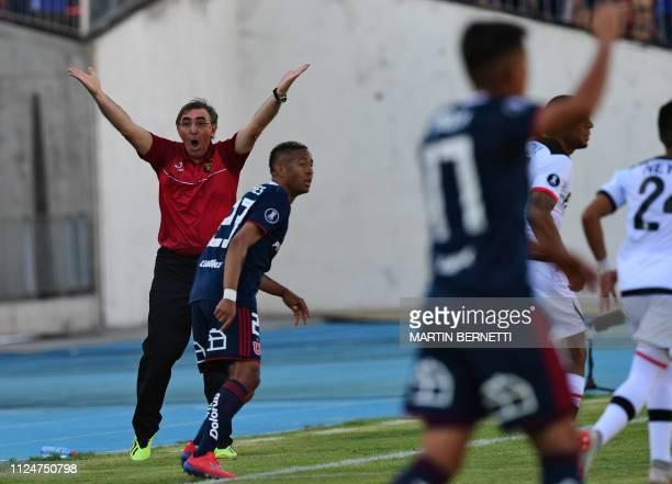 Peru's Melgar coach Jorge Pautasso gestures during a Copa Libertadores football match against Universidad de Chile at the National stadium in...
