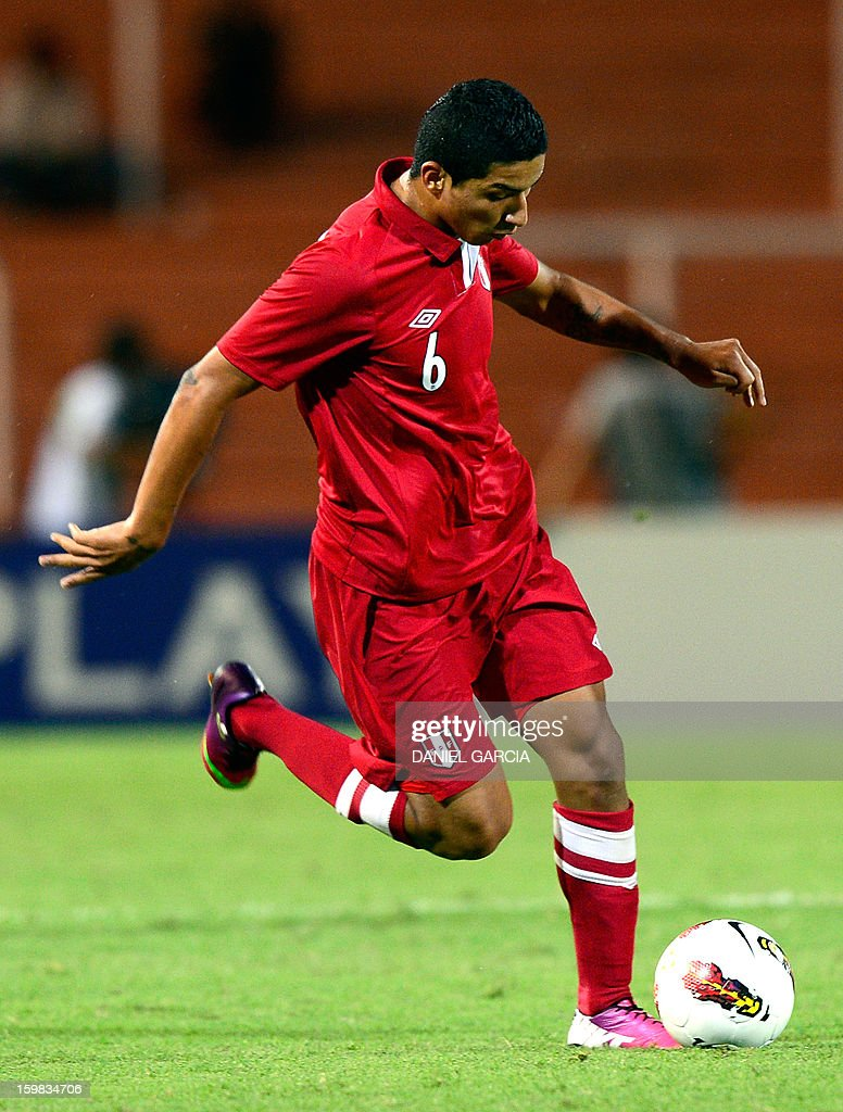 Peru's midfielder Hernan Hinostroza controls the ball during their South American U-20 final round football match against Uruguay at Malvinas Argentinas stadium in Mendoza, Argentina, on January 20, 2013. Four teams will qualify for the FIFA U-20 World Cup Turkey 2013.