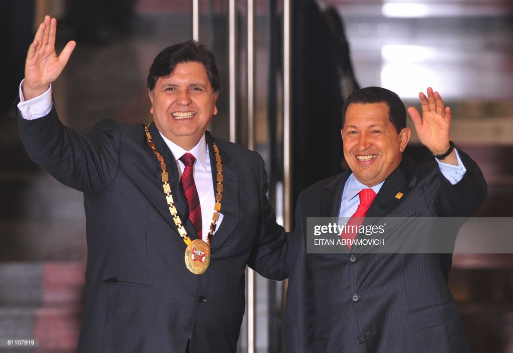 Peru's President Alan Garcia (L) and Ven : News Photo