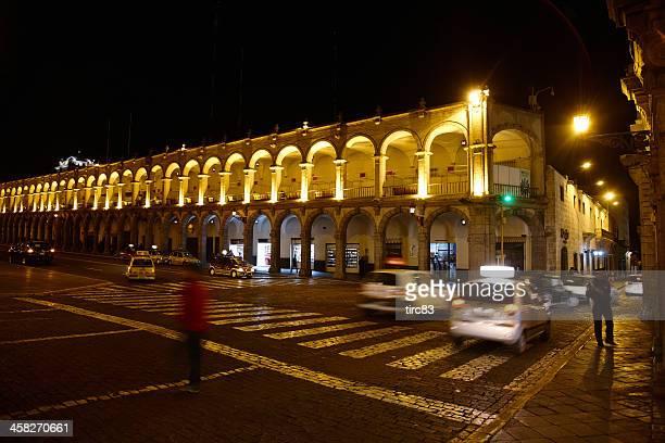 Galería peruano alrededor de town square en la noche