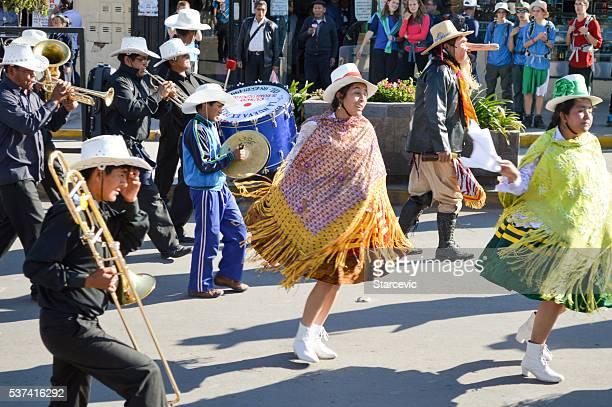 ペルーのダンサーにクスコの通りパレード