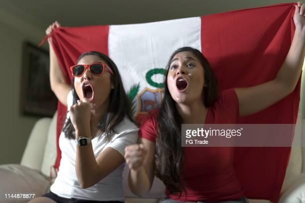 fan peruano celebrando en el hogar - cultura peruana fotografías e imágenes de stock