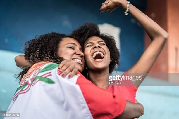 fans peruanos viendo un partido de fútbol - cultura peruana fotografías e imágenes de stock
