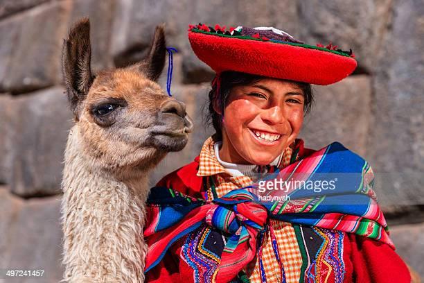 Peruanische Mädchen mit-Kleidung posieren mit Lama in der Nähe liegende Cuzco