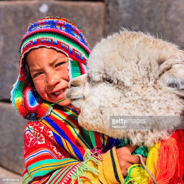 peruano little boy with llama cerca de cuzco - cultura peruana fotografías e imágenes de stock