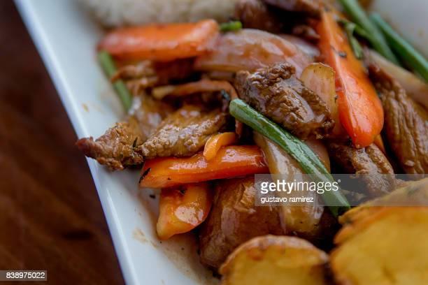 peruvian lomo saltado - comida peruana fotografías e imágenes de stock