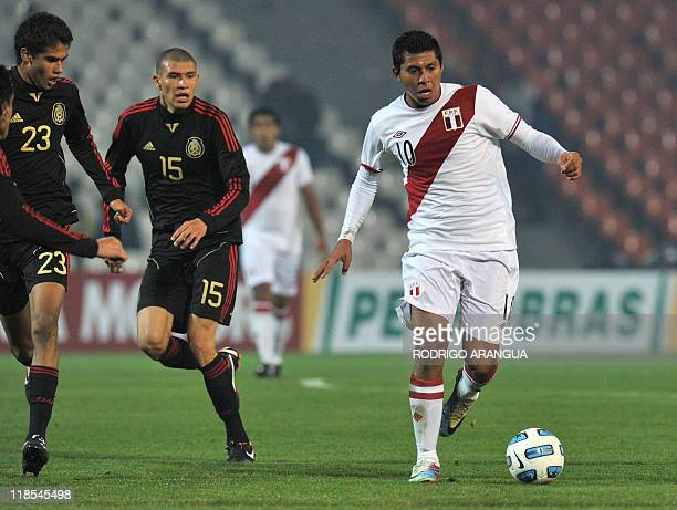 Peruvian midfielder Rinaldo Cruzado is marked by Mexican defender Diego Reyes and midfielder Jorge Enriquez during a 2011 Copa America Group C first...