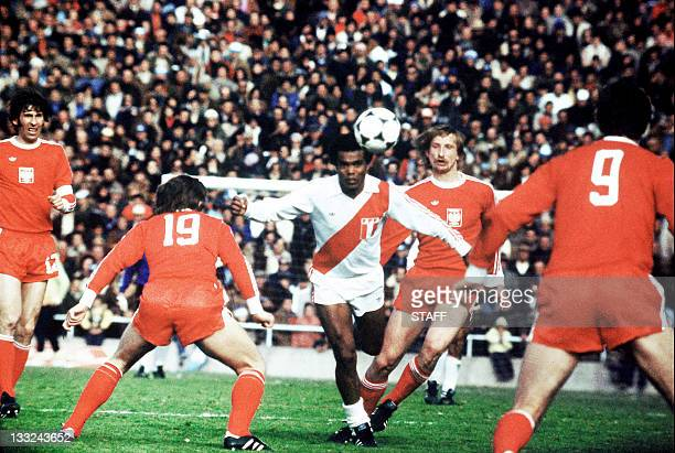 Peruvian midfielder Teofilo Cubillas tries to control the ball surrounded by Polish forward Andrzej Szarmach and his teammates 18 June 1974 in...