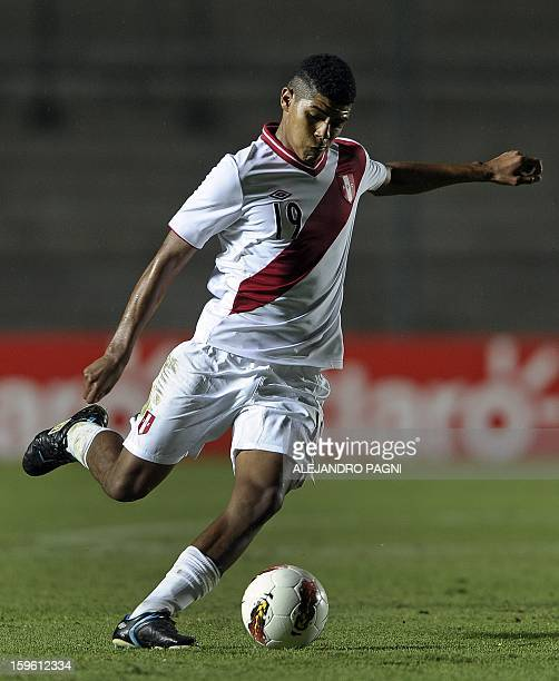 Peruvian midfielder Wilder Cartagena controls the ball during their South American U20 Championship Group B football match against Ecuador at...