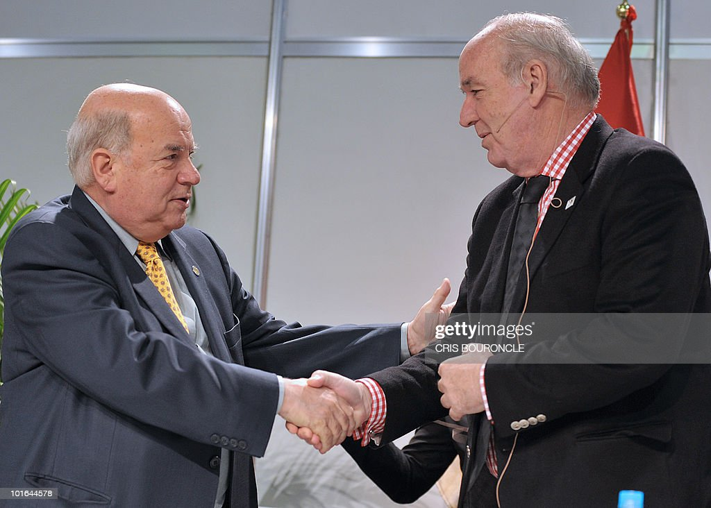 Peruvian Minister of Foreign Affairs, Jose Antonio Garcia Belaunde (R), shakes hands with Secretary General of the Organization of American States (OAS), Jose Miguel Insulza, during a press conference in the preopening activities of the 40th summit of foreign affairs ministers of the institution in Lima on June 5, 2010. Foreign affairs ministers of the 33 member countries shall meet for three days under the banner of 'Peace, Security and Cooperation of the Americas', beginning on June 6.