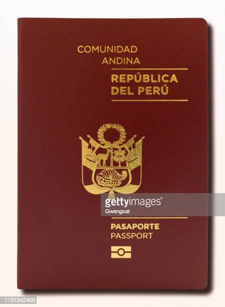 Passeport péruvien isolé sur un fond blanc