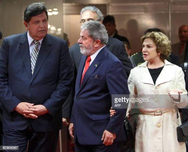 Peruvian President Alan Garcia his Brazilian counterpart President Luiz Inacio Lula da Silva and Brazilian First Lady Marisa Leticia Silva talk...