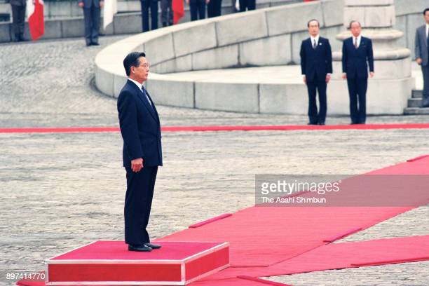 Peruvian President Alberto Fujimori attends the welcome ceremony at the Akasaka State Guest House on March 16 1992 in Tokyo Japan