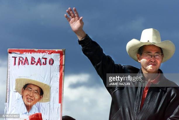 Peruvian presidential candidate Alberto Fujimori waves to his supporters after arriving 17 May 2000 at Cajamarca 1100 km from Lima El presidente...