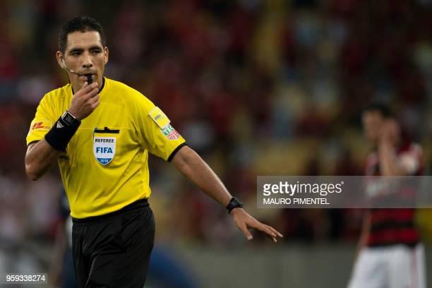 Peruvian referee Diego Haro gestures during the Copa Libertadores 2018 football match between Brazil's Flamengo and Ecuador's Emelec at Maracana...