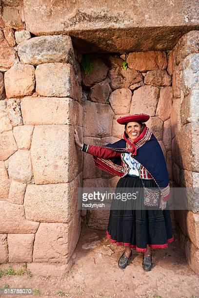 Mulher Peruana em ruínas Inca na Sagrada vale, Peru
