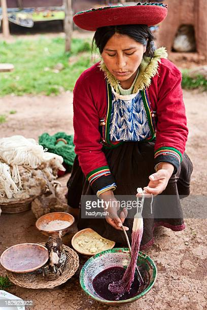 Peruanische Frau Färben Wolle, das Heilige Tal, Chinchero