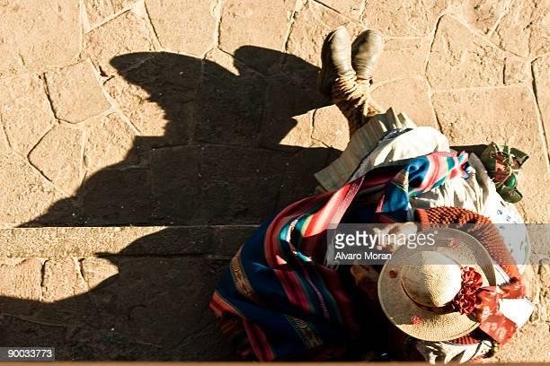 peruvian woman from top - bezirk cuzco stock-fotos und bilder